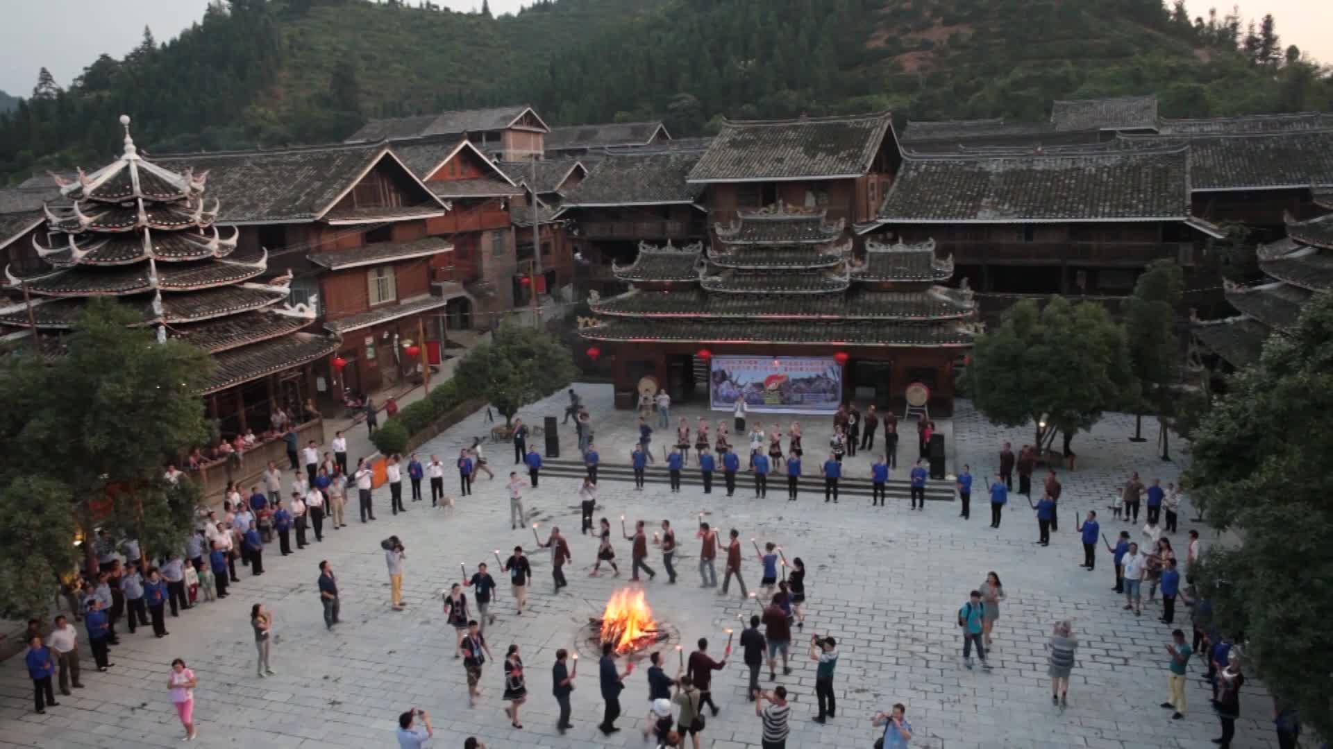 【赶集湖南】侗寨风情:篝火晚会