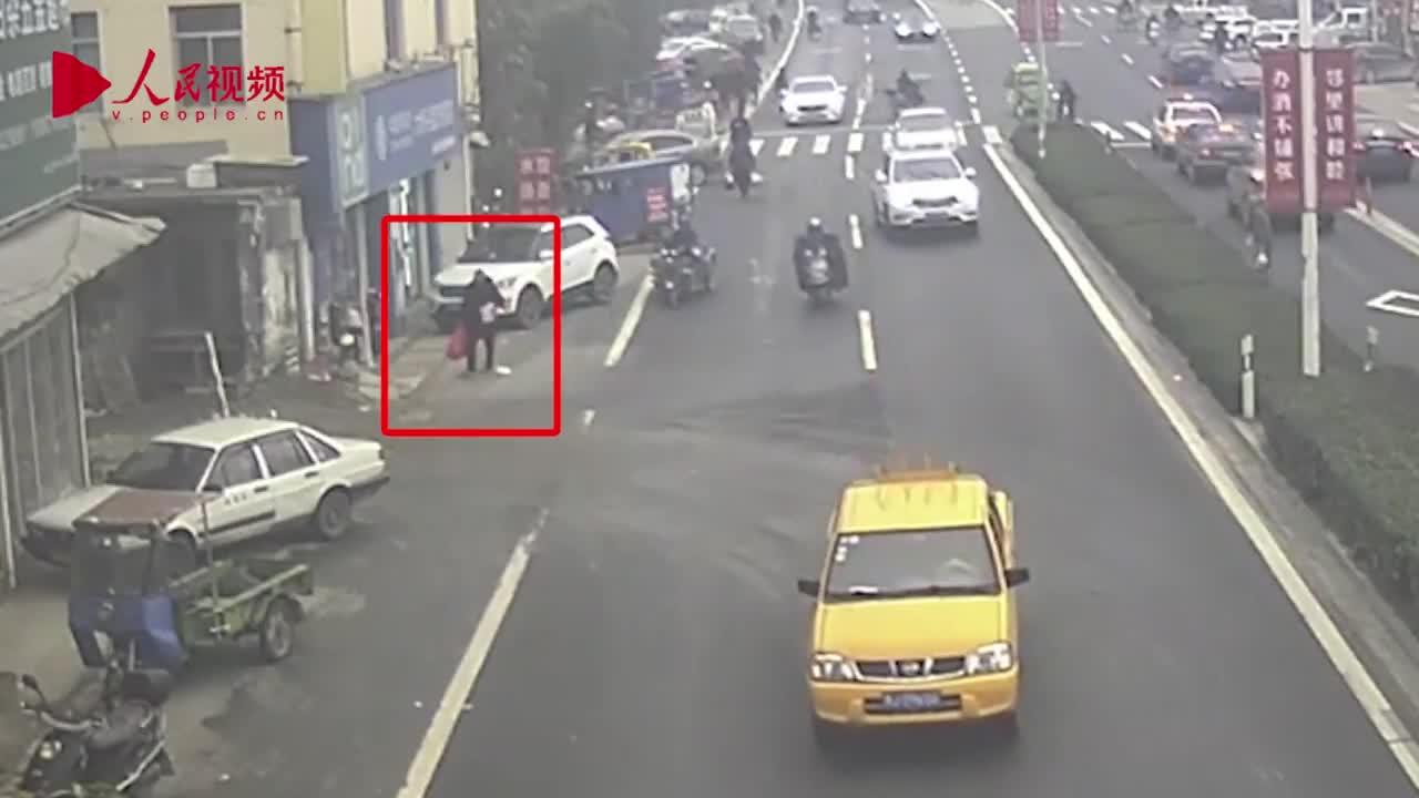 """[视频]偷东西只为解闷?浙江一男子开着奔驰偷鸡鸭鱼肉 称生活""""太无聊"""""""