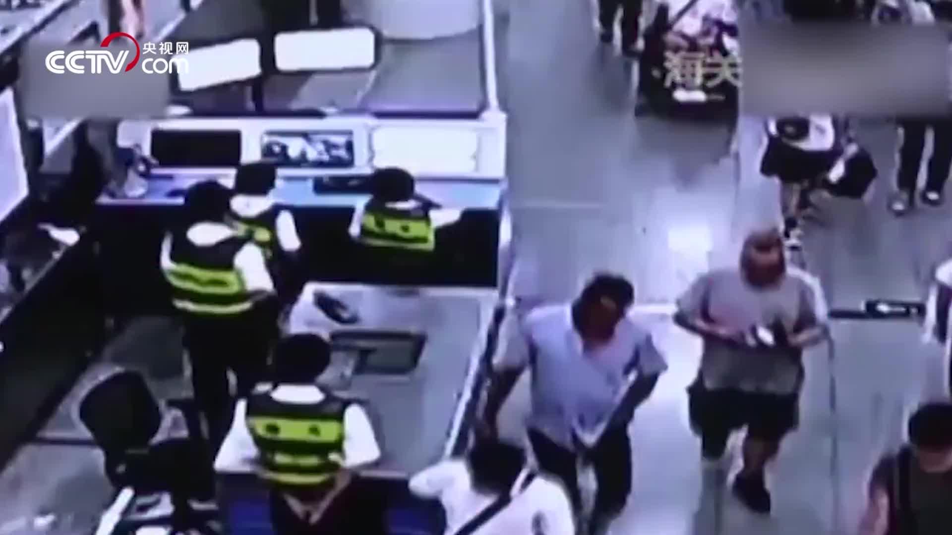 [视频]香港男子轮椅内夹藏324部苹果手机入境 被深圳海关查获