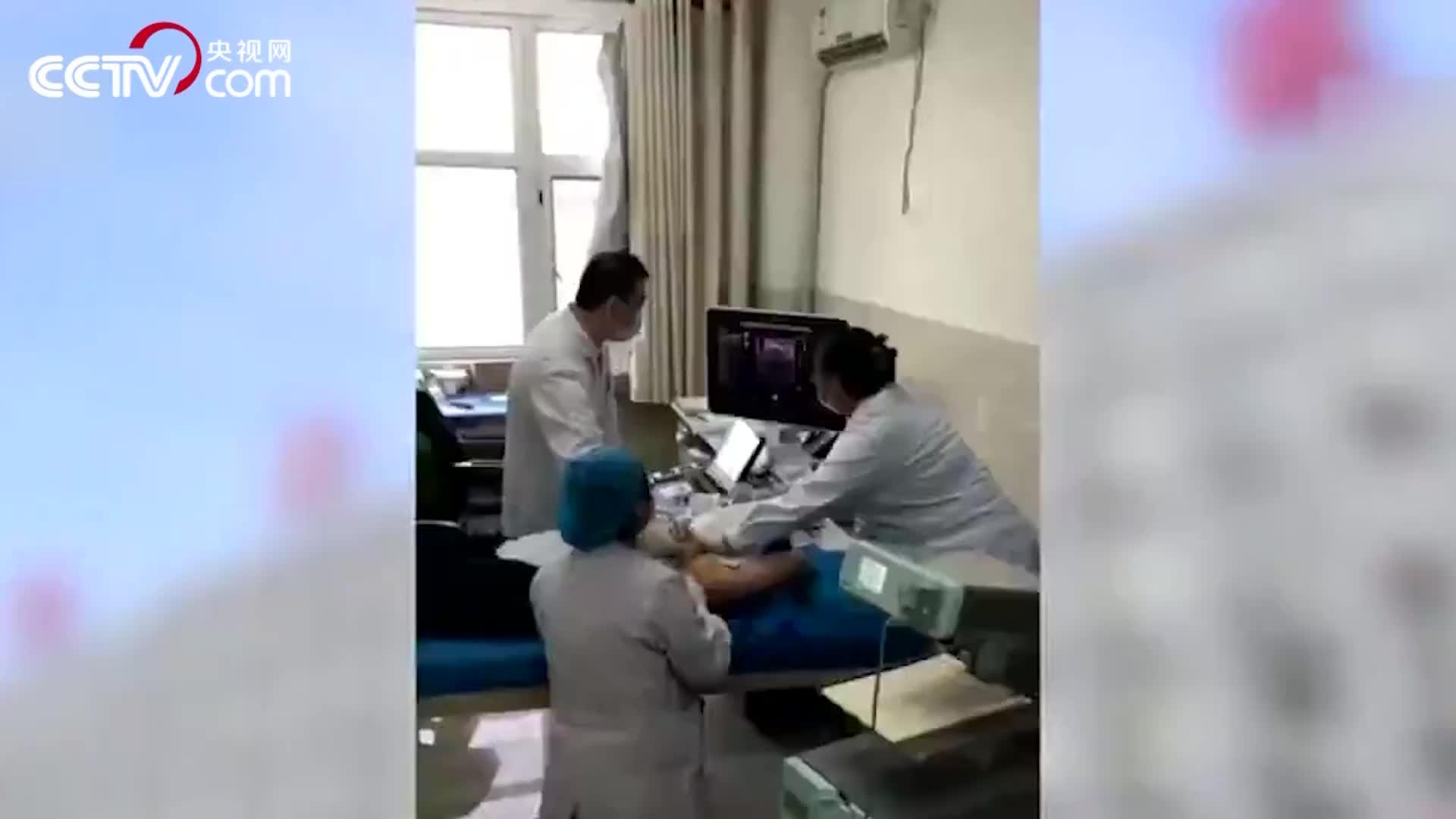 """[视频]致敬!医生跪地两小时为患者手术 """"最美姿势""""刷屏网络"""