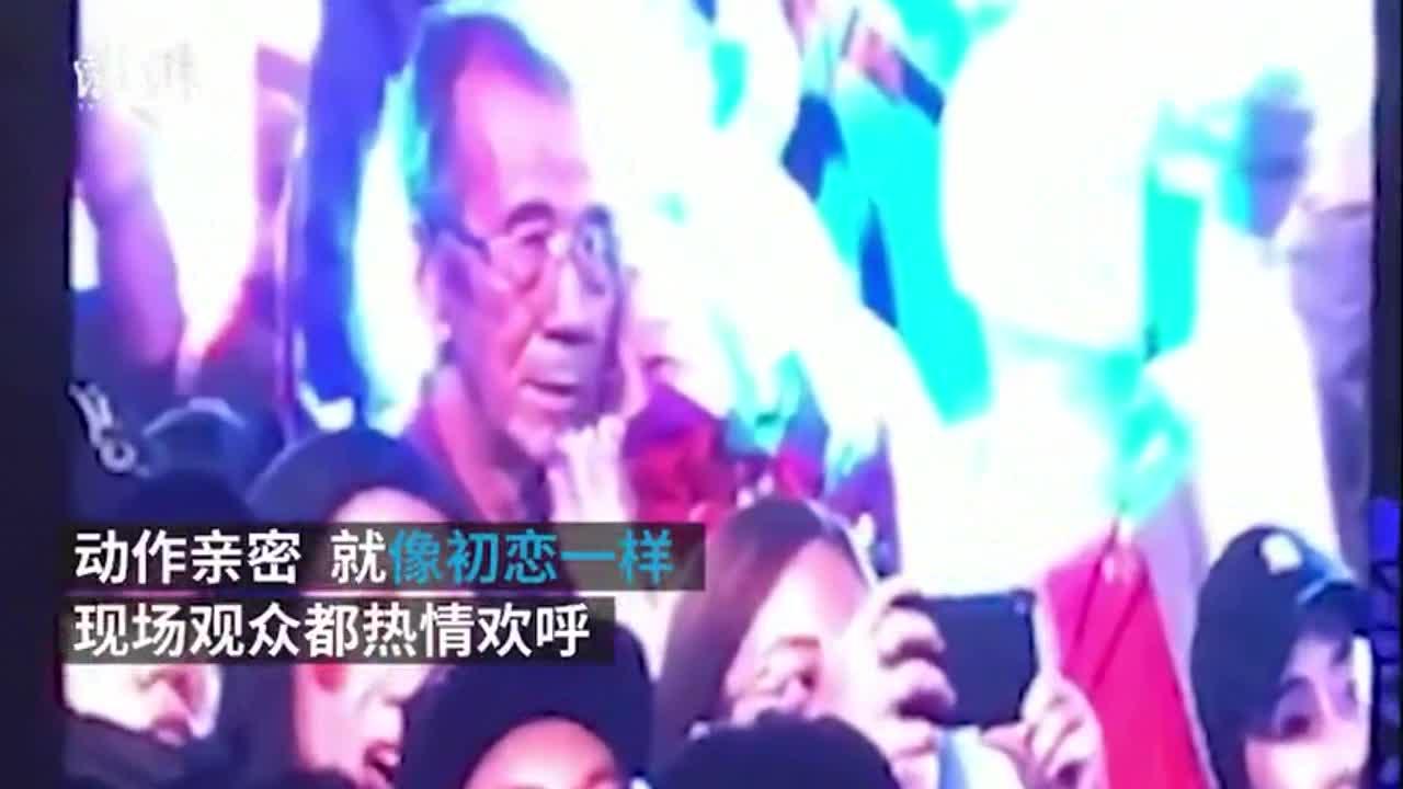 [视频]老夫妇西装婚纱看演唱会:依偎如初恋