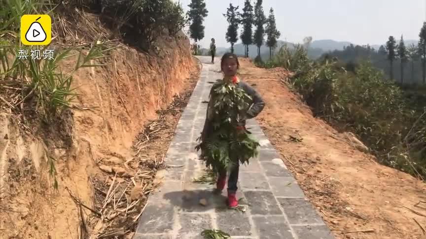 最接地气时装秀!资教老师带19小学生用树叶做时装山中走秀