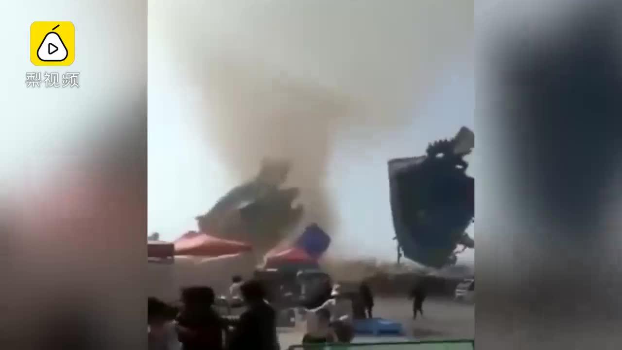 [视频]龙卷风刮倒游乐蹦蹦床,18儿童受伤