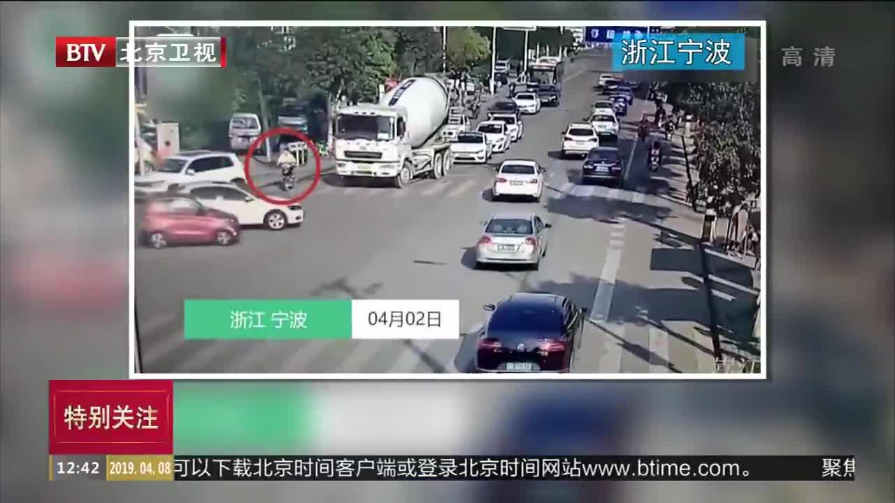 [视频]浙江宁波:男子被卷入车底 奇迹生还