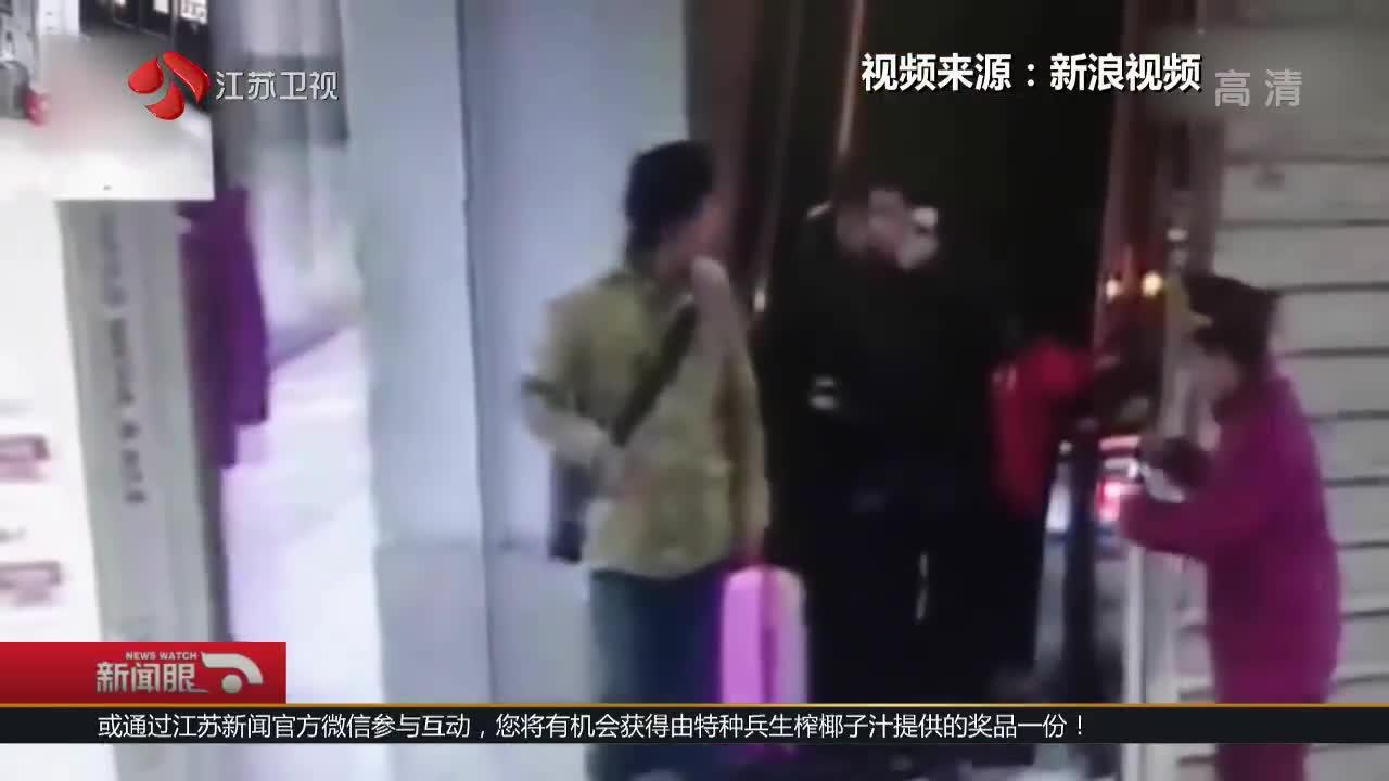 [视频]帅气!地铁小哥一脚接住电梯滚落的行李箱