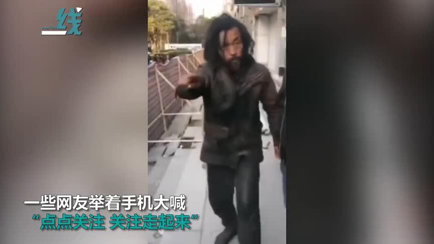 """[视频]因病休假26年一夜走红:""""流浪汉大师""""被疯狂围观似粉丝见面会"""