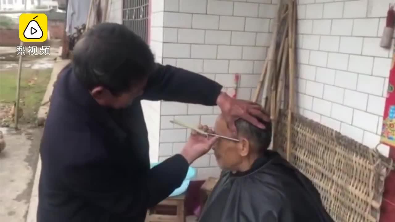 [视频]老人游乡理发56年 坚持上门服务