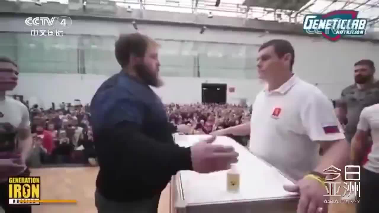 """[视频]打脸!俄罗斯举行""""掌掴大赛"""" 冠军一掌扇晕对手"""