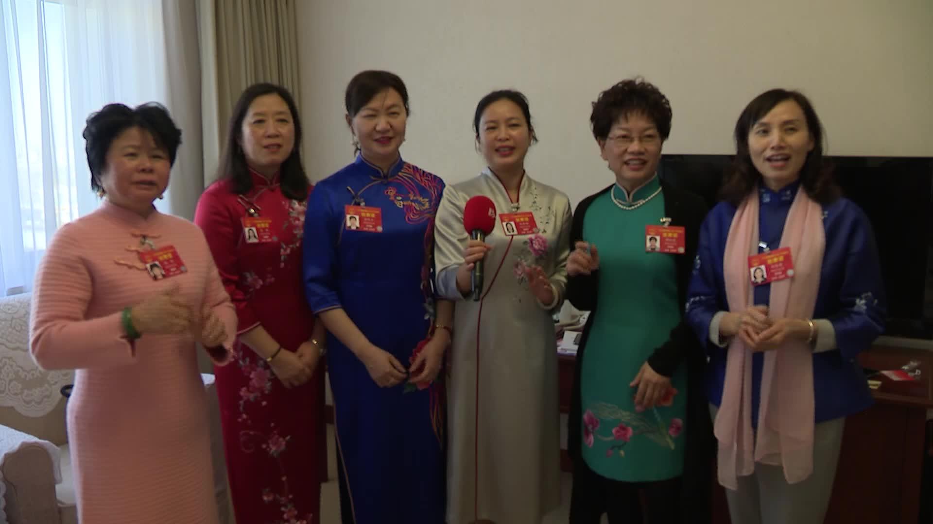 """韵味!女代表着湘绣旗袍 在歌声中欢度""""女神节"""""""