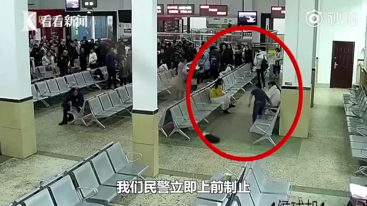 [视频]22岁男子坐火车见网友被父亲阻止 候车室一顿乱砸