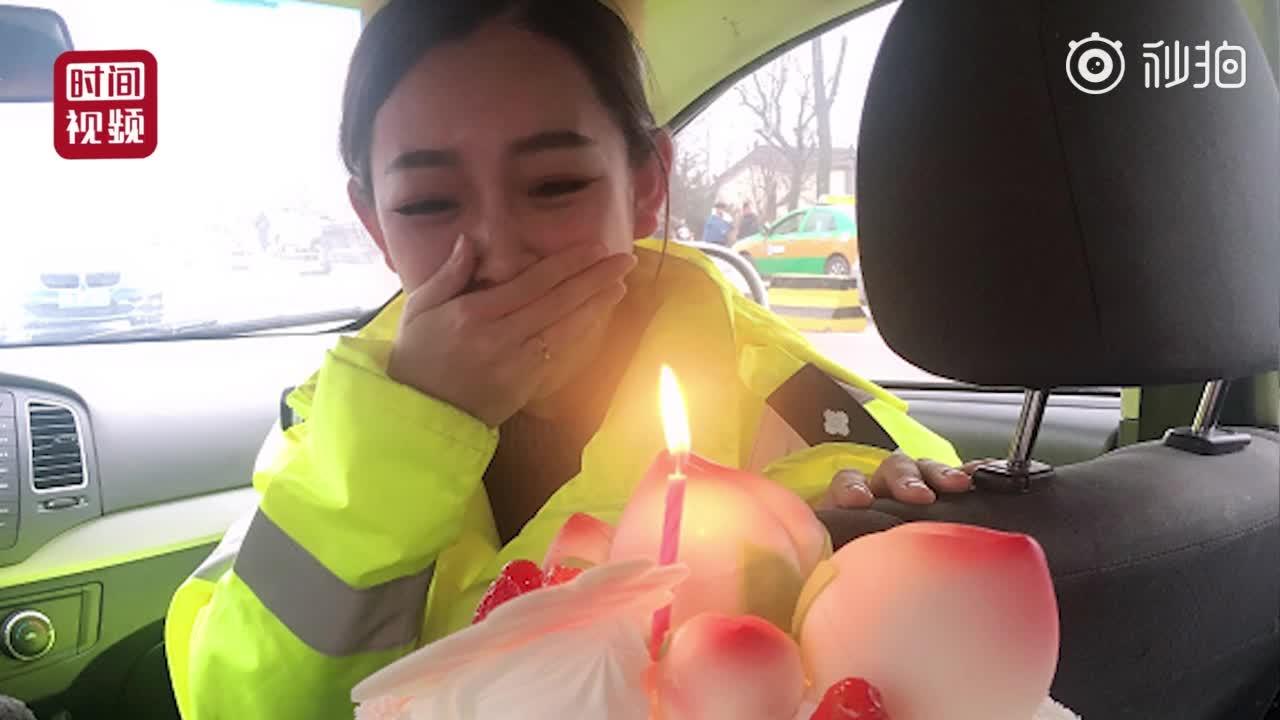 [视频]美女交警春节执勤遇惊喜 闺蜜送蛋糕为她庆生