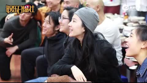 """[视频]刘亦菲新西兰被偶遇 素颜""""花木兰""""笑容甜如初"""