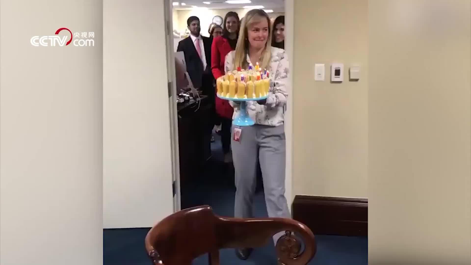 [视频]美国参议员罗姆尼庆祝72岁生日 吹蜡烛方式如此特别