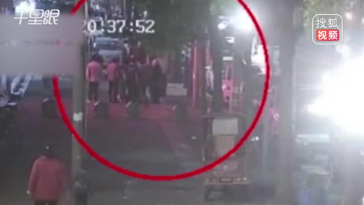 """[视频]丈夫照顾醉酒妻子 误以为""""图谋不轨""""遭暴打"""