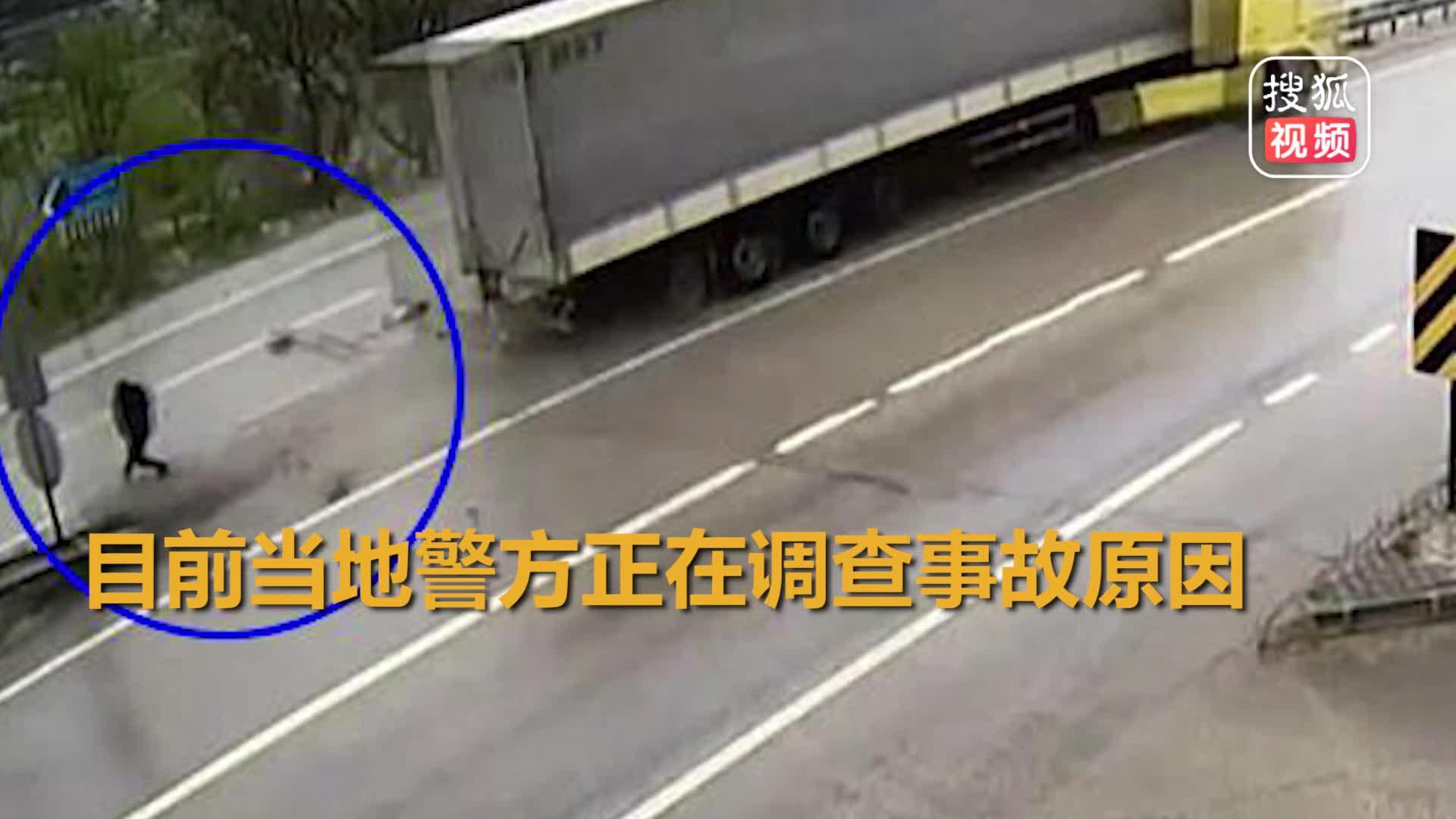 """[视频]男子横跨马路遇失控卡车 """"神走位""""与死神擦肩而过"""