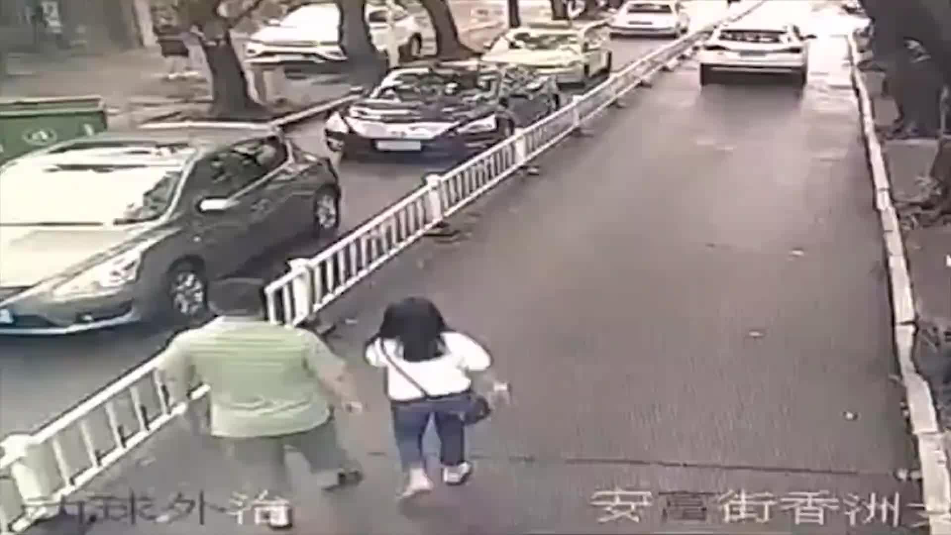 [视频]新手女司机倒车撞飞路人 男子狂奔侥幸躲过