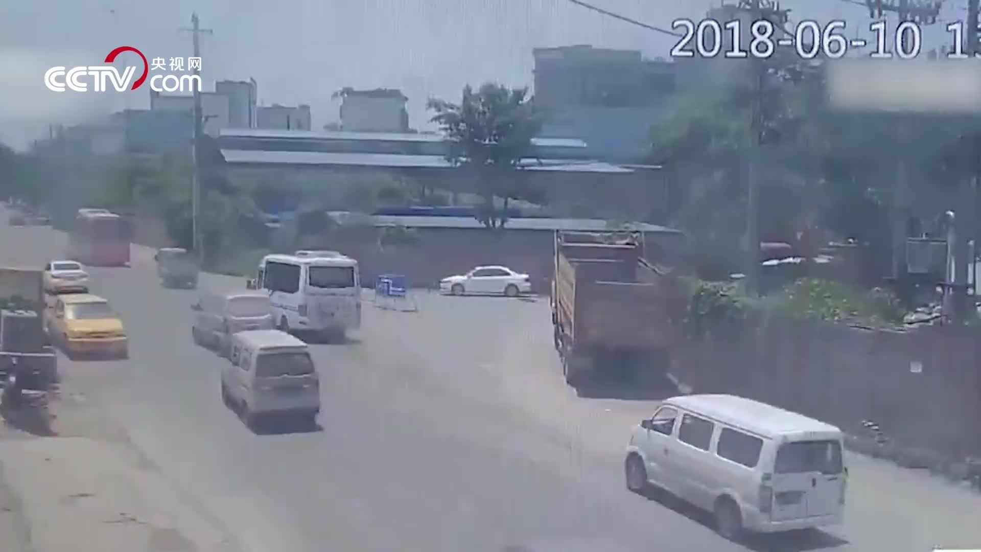 """[视频]""""碰瓷王""""半年撞车50多台 都是对方""""全责"""""""