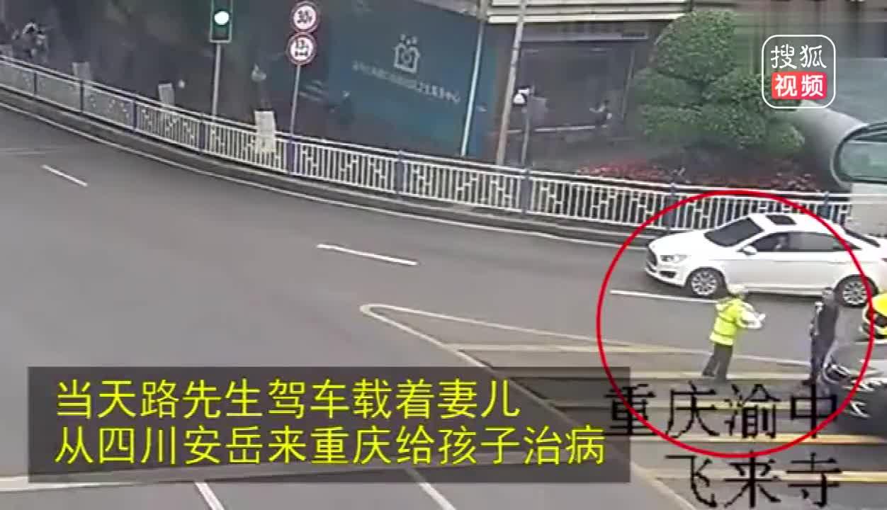 [视频]女交警抱着婴儿指挥交通,真相是这样!