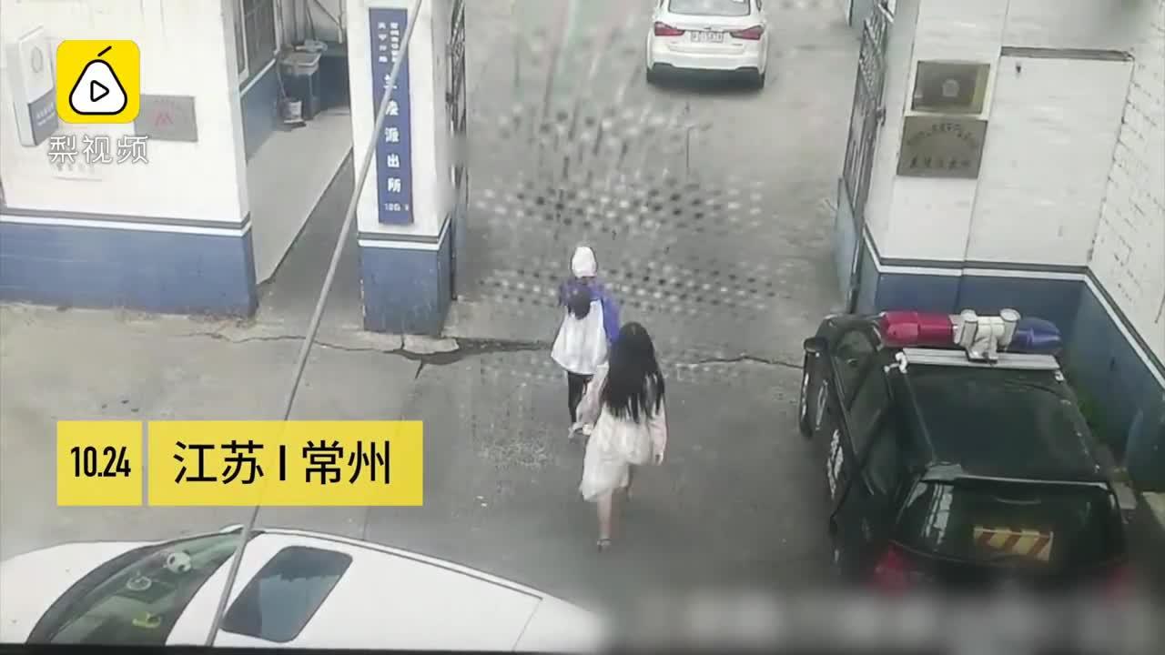 [视频]两名女子打架,从教练车打到派出所