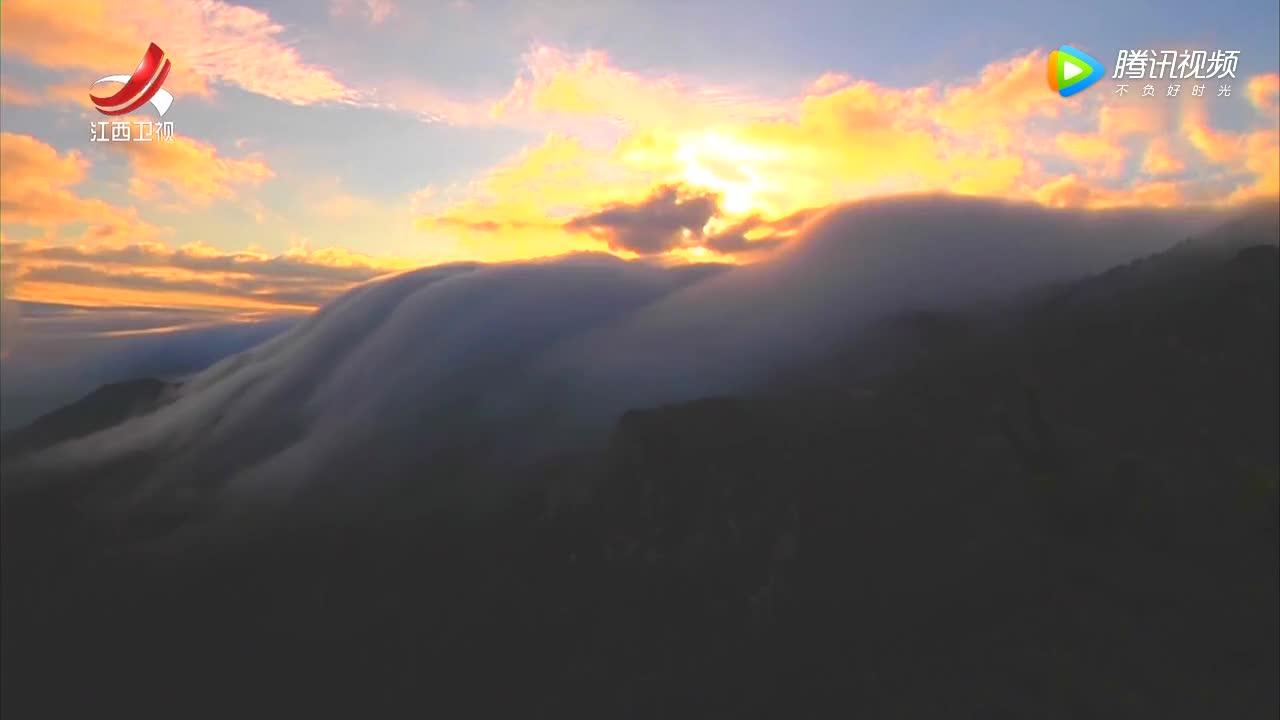 [视频]庐山出现壮美火烧瀑布云