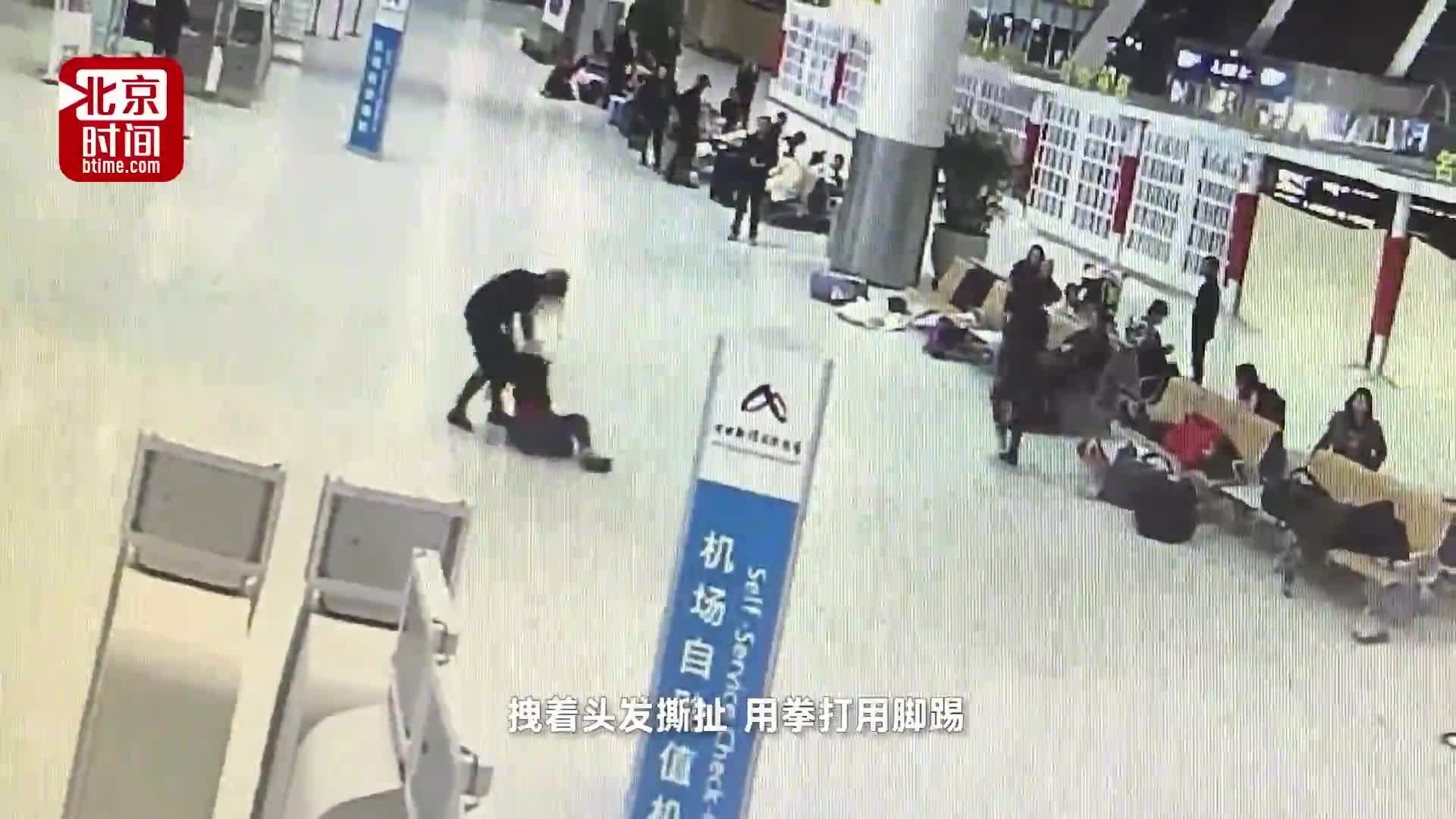 [视频]因抢座位 两女子在候机厅脱衣大打出手