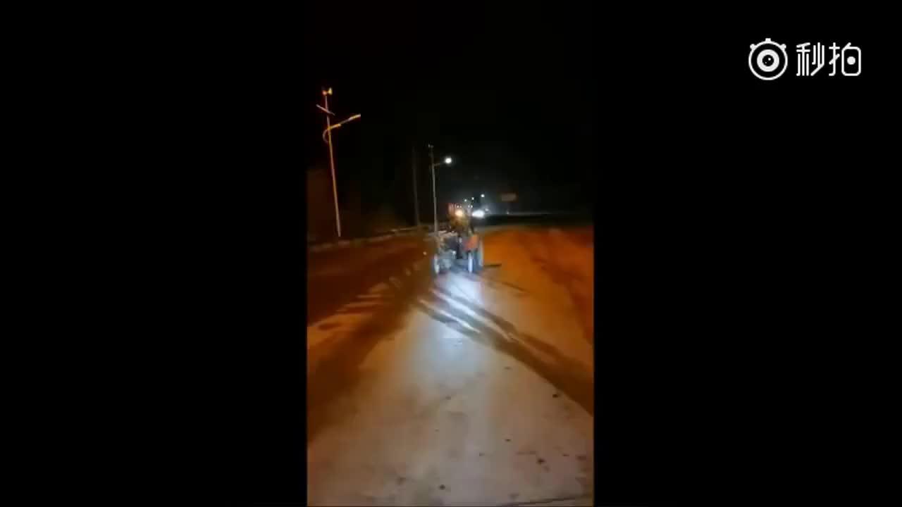 """[视频]男子开拖拉机回乡耕地 赶时间高速""""黑跑""""3小时"""