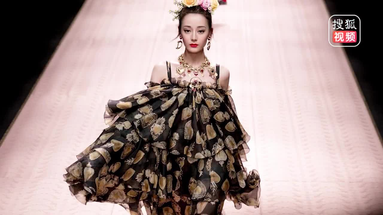 迪丽热巴再登米兰时装周T台 裙摆飞扬秀长腿气场满满