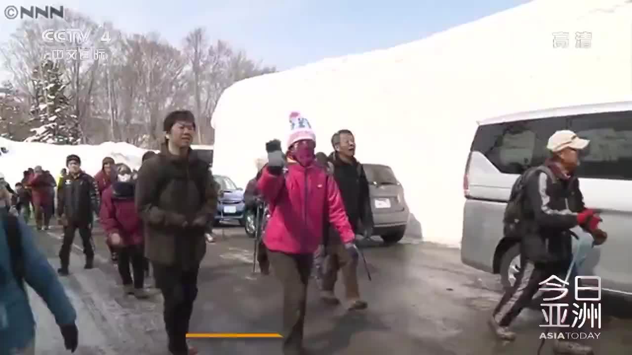 """[视频]迎客!日本""""雪墙走廊""""迎来旅游季 雪墙高达7.4米"""