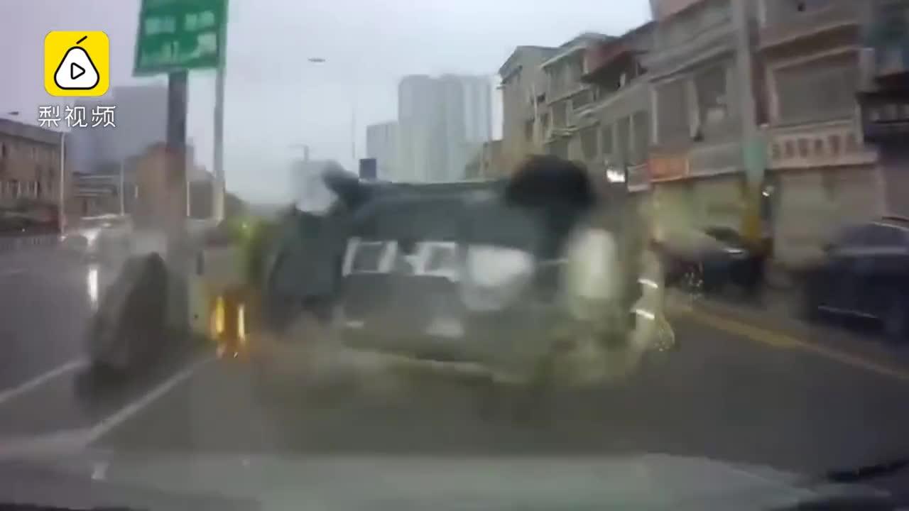 [视频]小车行驶中离奇翻车 吓坏后车司机
