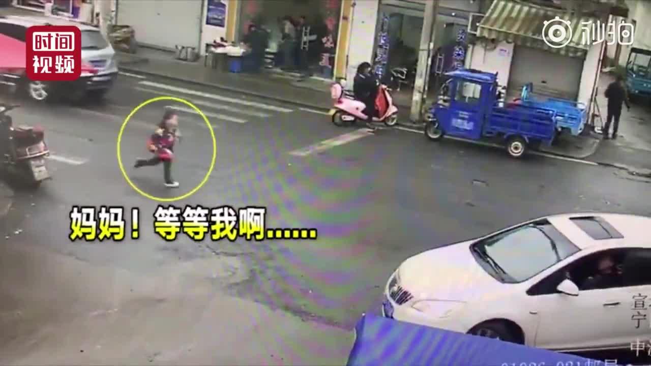 """[视频]9岁男孩狂追汽车2公里:""""妈妈我书包还在车上呢"""""""