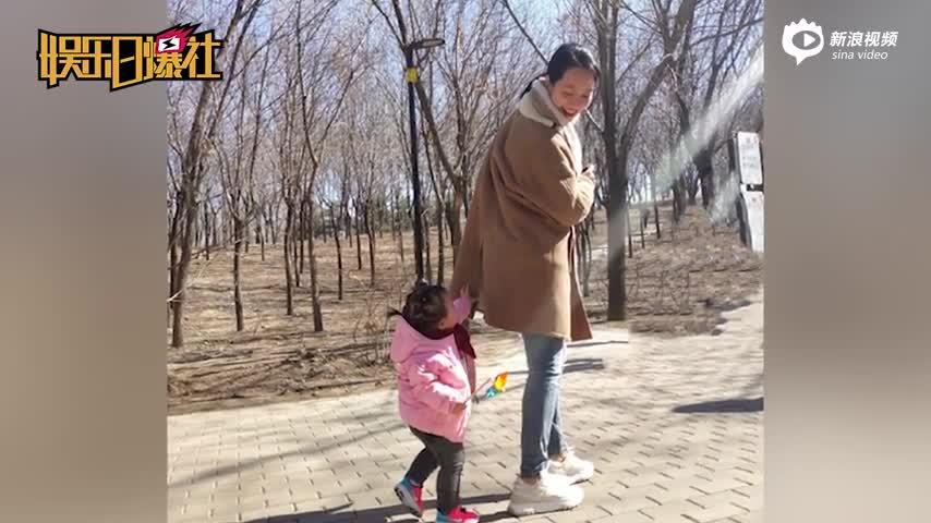 [视频]朱丹素颜带女儿逛公园 享受春日阳光温馨有爱