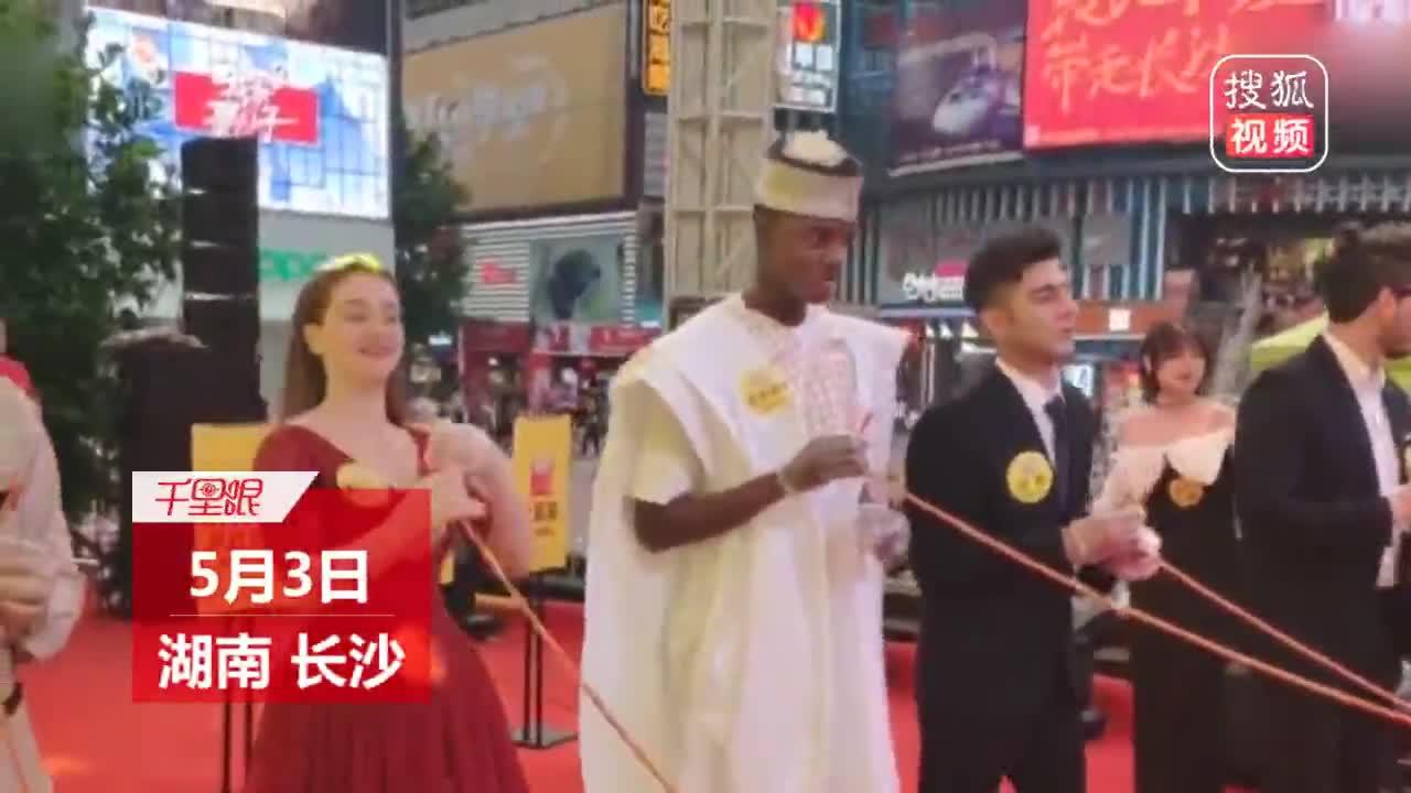 """[视频]""""麻辣王子""""争霸赛 土耳其选手3分钟吃5.2米辣条夺冠"""