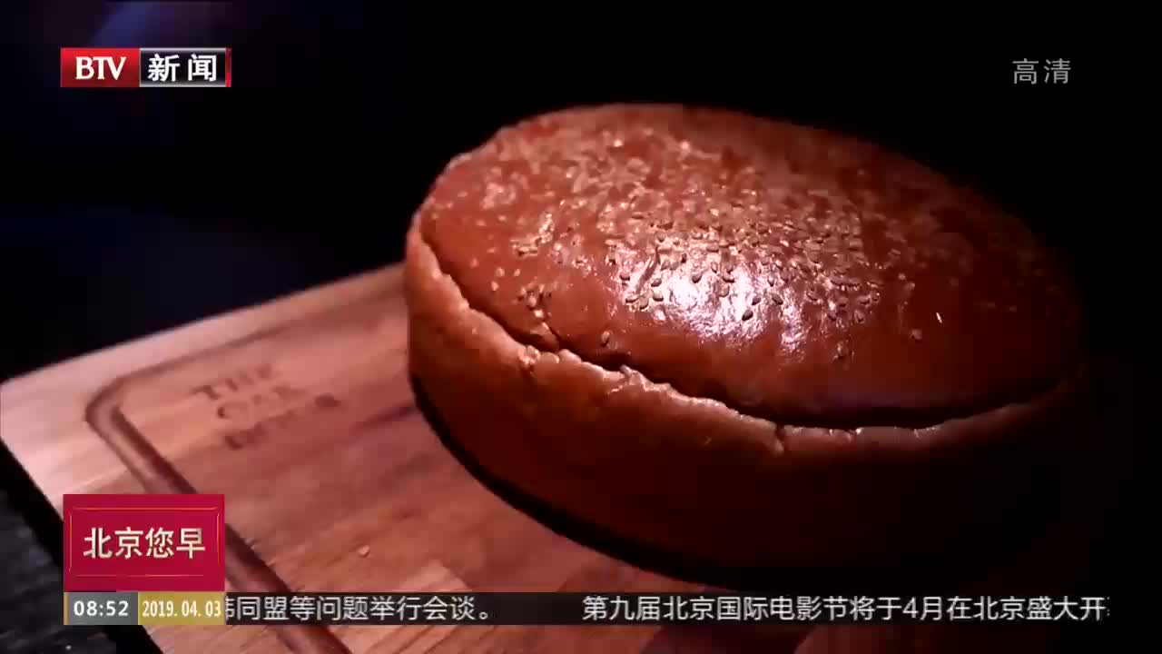 """[视频]日本一餐厅推出足球大小""""黄金""""汉堡包"""