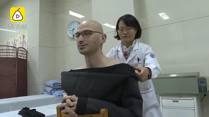 [视频]足球外教体验中医拔火罐:很神奇!我背上好多钻石