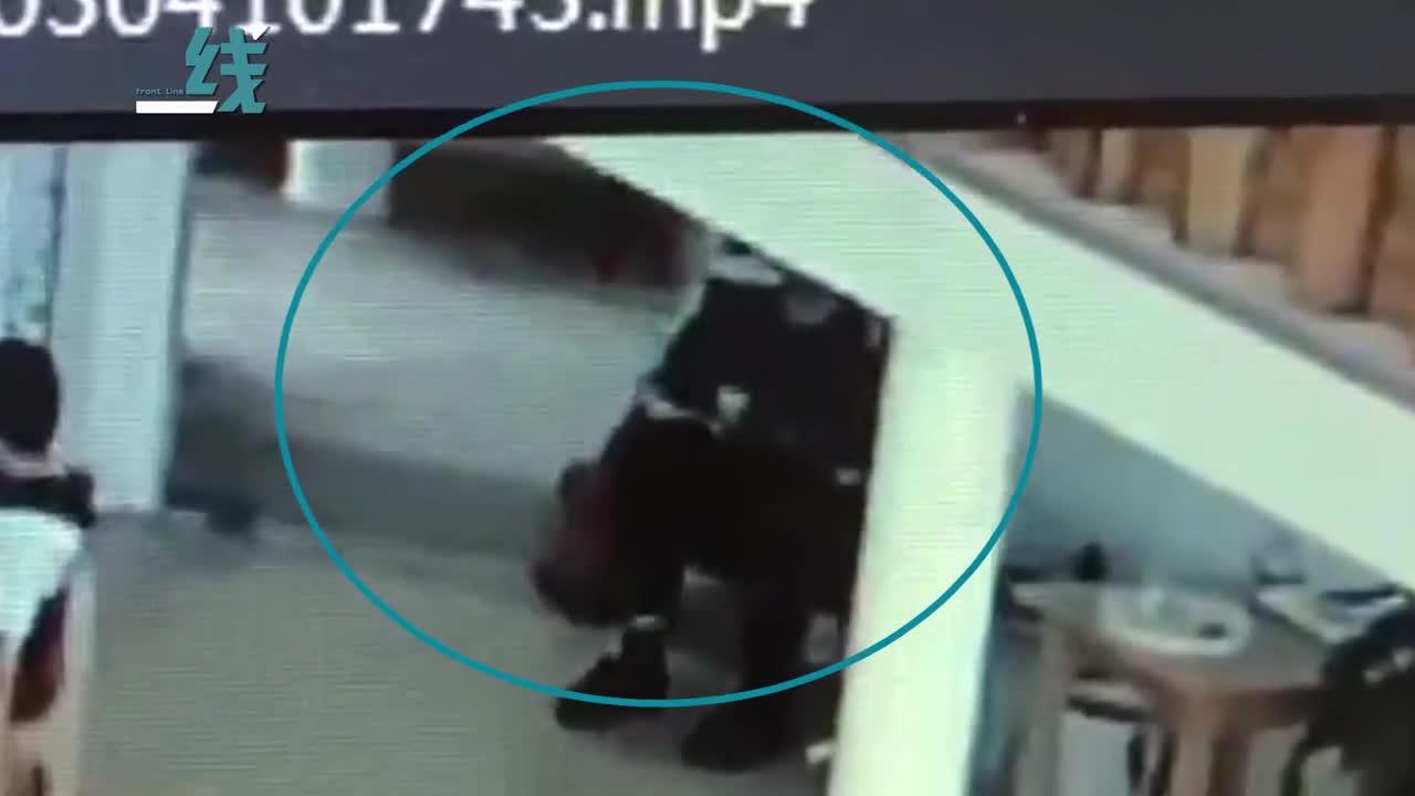 [视频]2岁娃被老师摁腿上倒吊45分钟 园方称是安抚