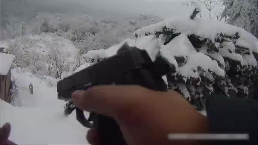 [视频]警方雪地追捕毒贩!第一视角惊心动魄