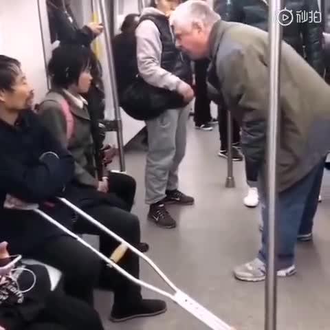 [视频]外国大爷怒斥地铁乞讨者,你们不工作还要钱