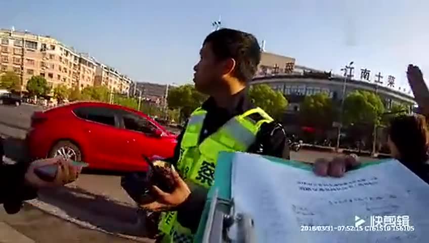 [视频]电动车闯红灯被撞要求汽车担责 交警回怼帅翻全场