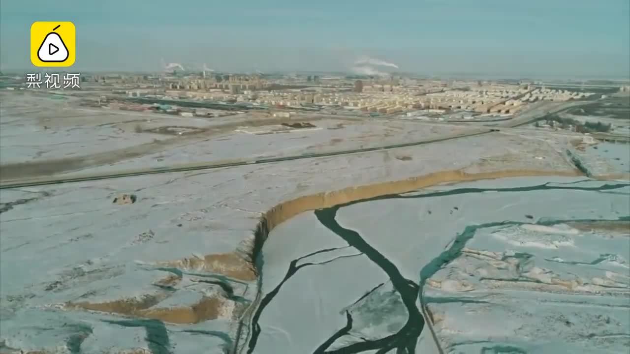 [视频]冬雪遇上丹霞地貌,怎一个美字了得