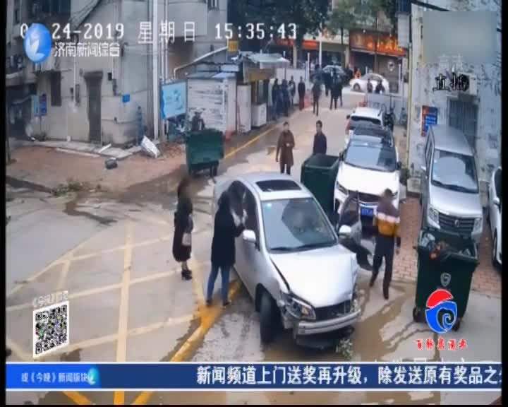 [视频]男子酒后代女儿开车 小区内猛撞四车