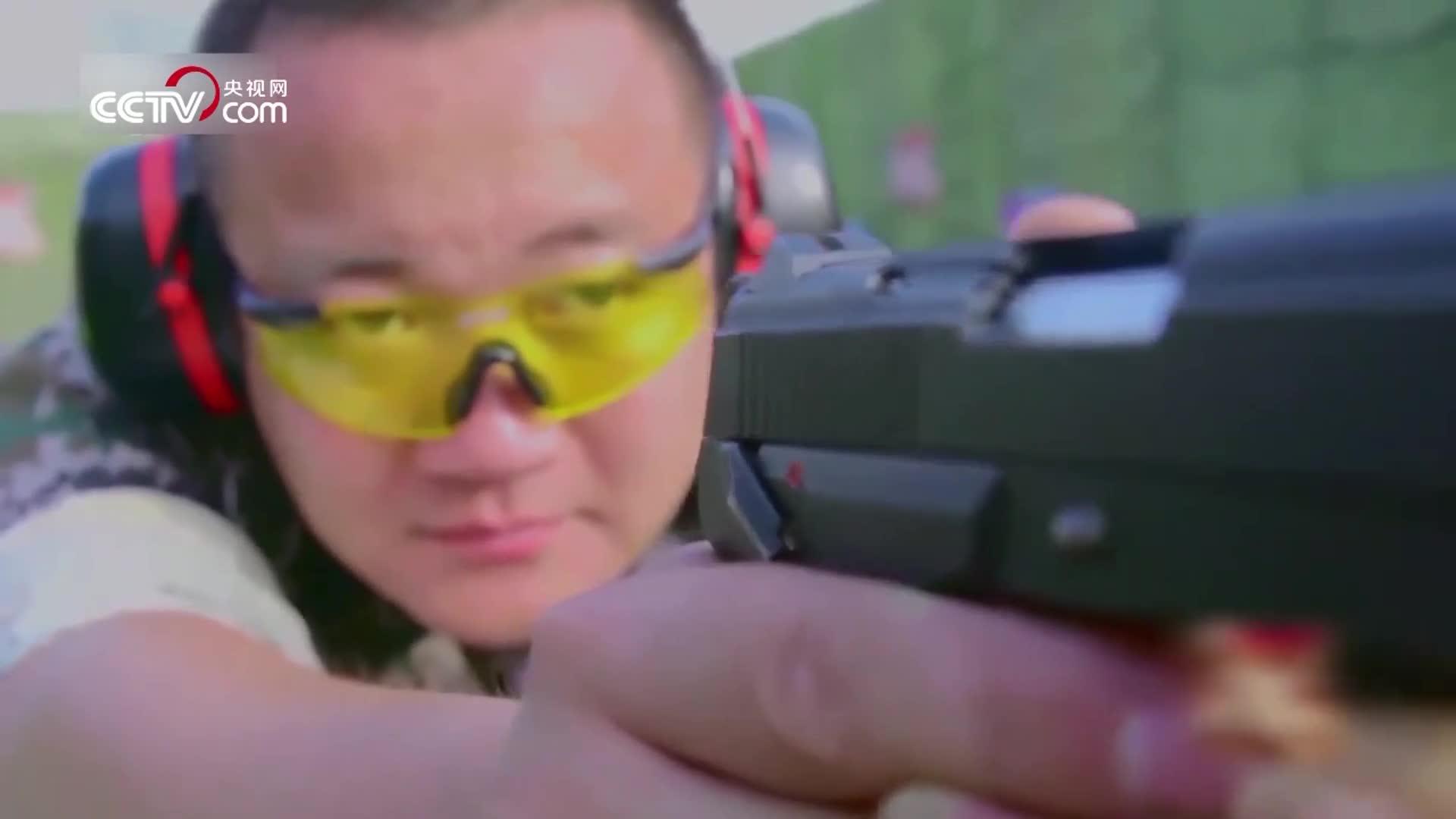 """[视频]电影里都是骗人的?这段视频 带你看真正的""""水下枪战""""!"""