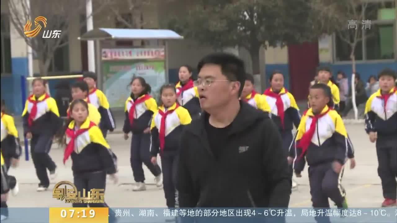 [视频]校长带学生跳个性舞步走红