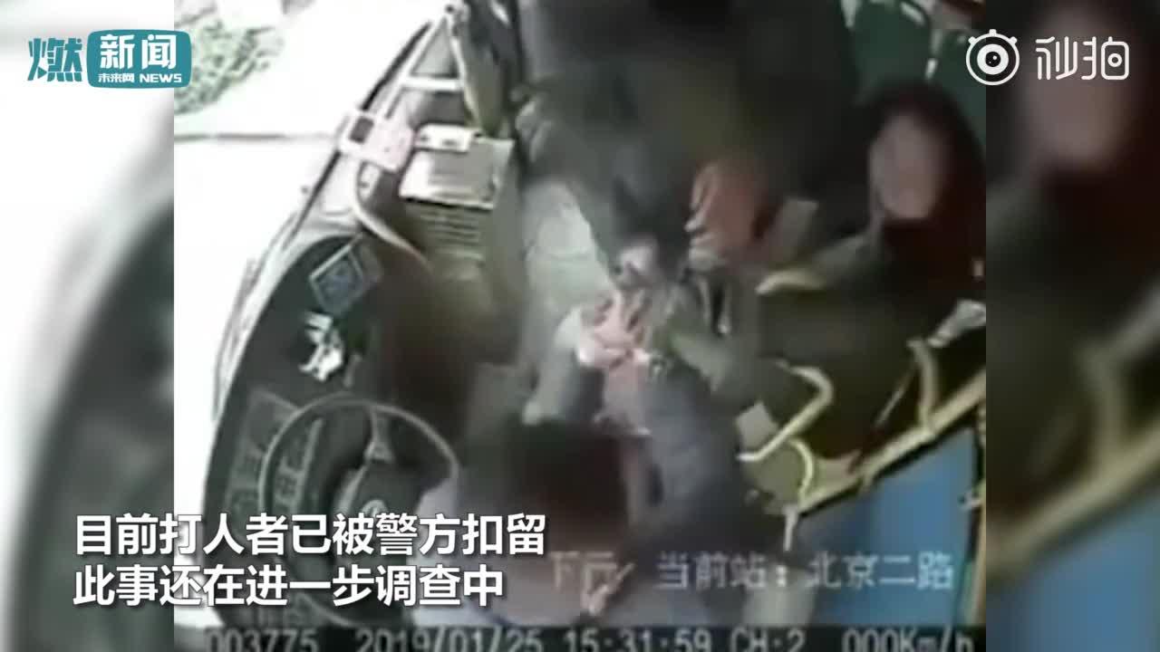 [视频]因1元车费起争执 3老人围殴公交司机:挥拳扇耳光 不停击打头部
