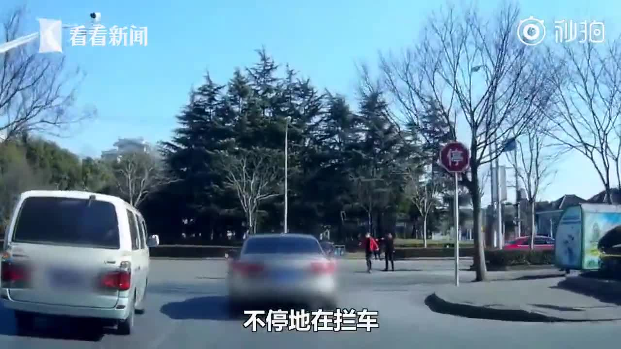 """[视频]接亲途中遇受伤男童 婚车秒变""""救护车"""""""
