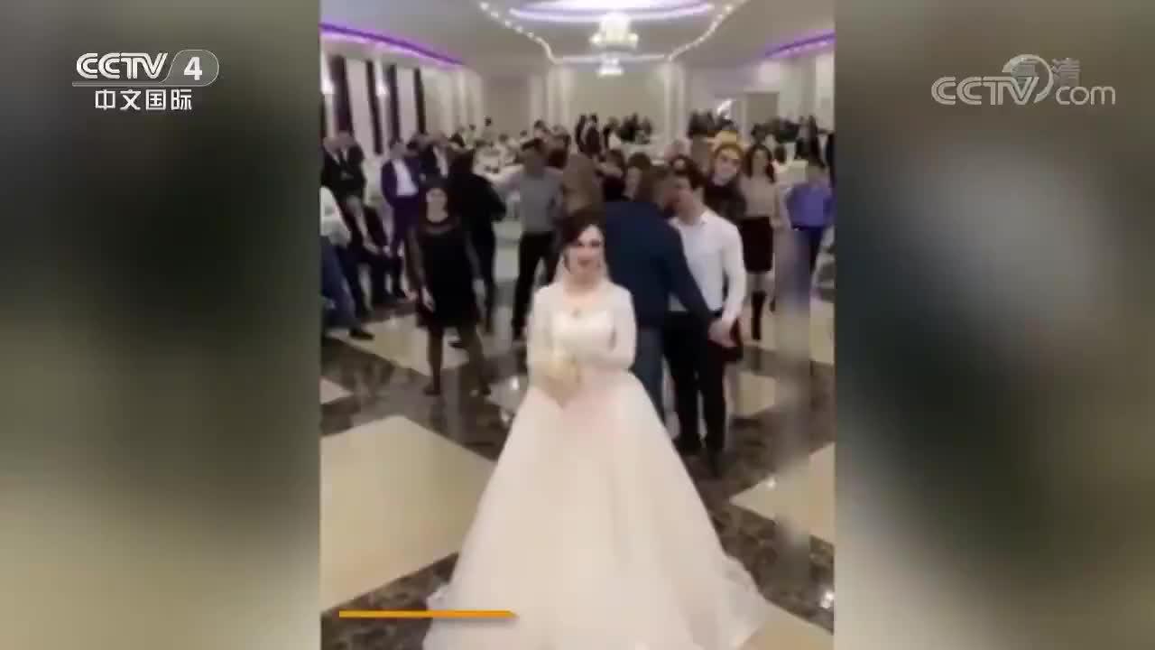 [视频]婚礼现场抢捧花 俄两名女子大打出手