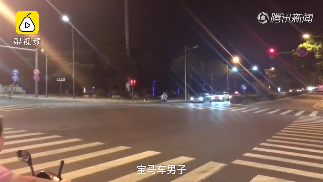 """[视频]昆山宝马男砍人遭""""反杀"""" 是不是正当防卫?各方律师这样看"""