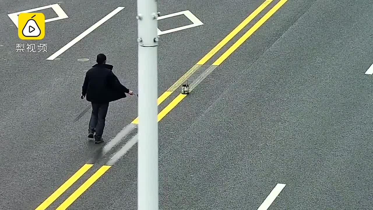 [视频]嫌影响生意 男子把双黄线涂成虚线