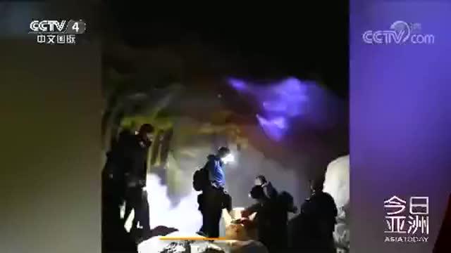 """[视频]奇观!印尼火山喷出""""蓝色火焰"""" 引游客围观"""