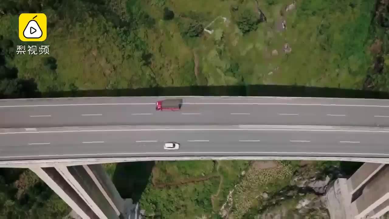 """[视频]英节目赞中国公路为""""第八大奇迹""""主持人感叹:我们没救了"""