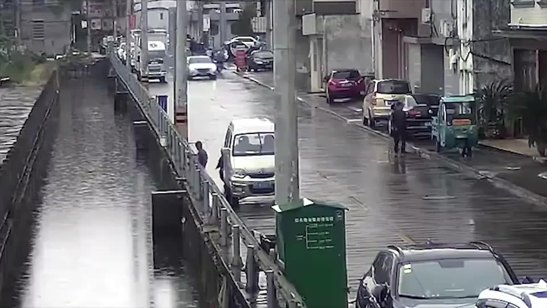 [视频]3岁女童河边玩耍不慎落水 10岁男童机智救人